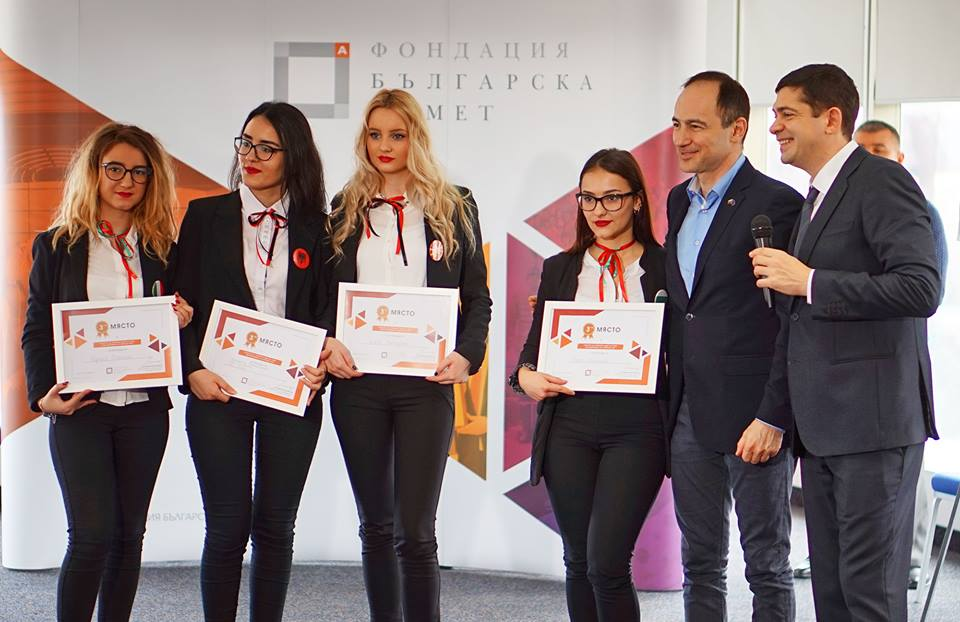 Ученичките од тимот со реден број 5, добитници на второто место.
