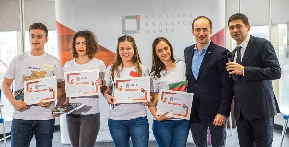 Учениците од тимот со реден број 1 кој го освои второто место заедно со пратеникот Андреј Ковачев и д-р Милен Врабевски.