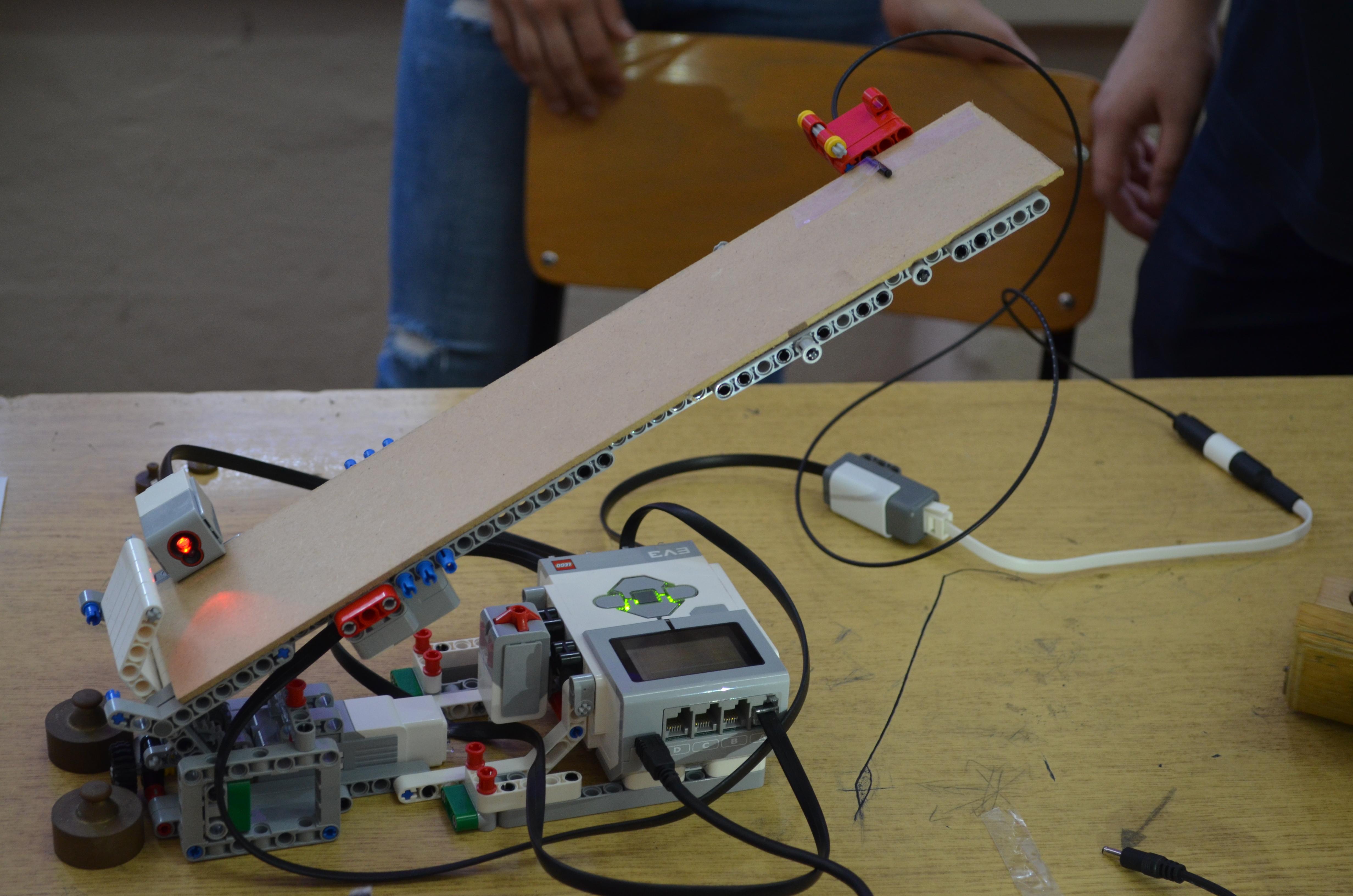 Откако е купен, роботот имал 6 сензори но истиот сега е надограден и има околу 12 сензори за температура, светлина, детектирање на движење и други.