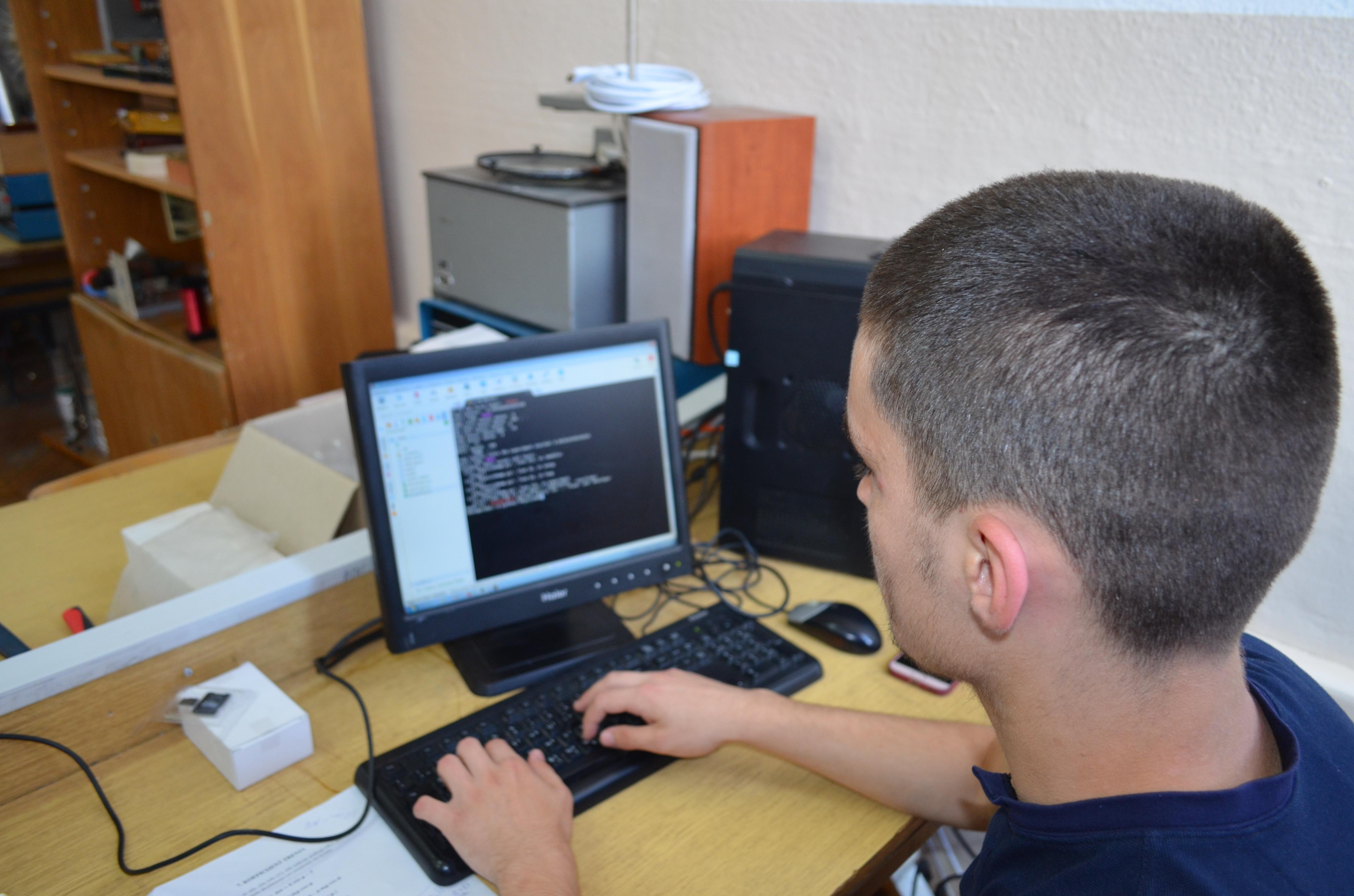 Јазикот за програмирање на роботот е Пајтон, но истиот не е дел од образовната програма на средните училишта во Македонија, па така учениците со помош на своите професори го изучуваат и овој програмски јазик.
