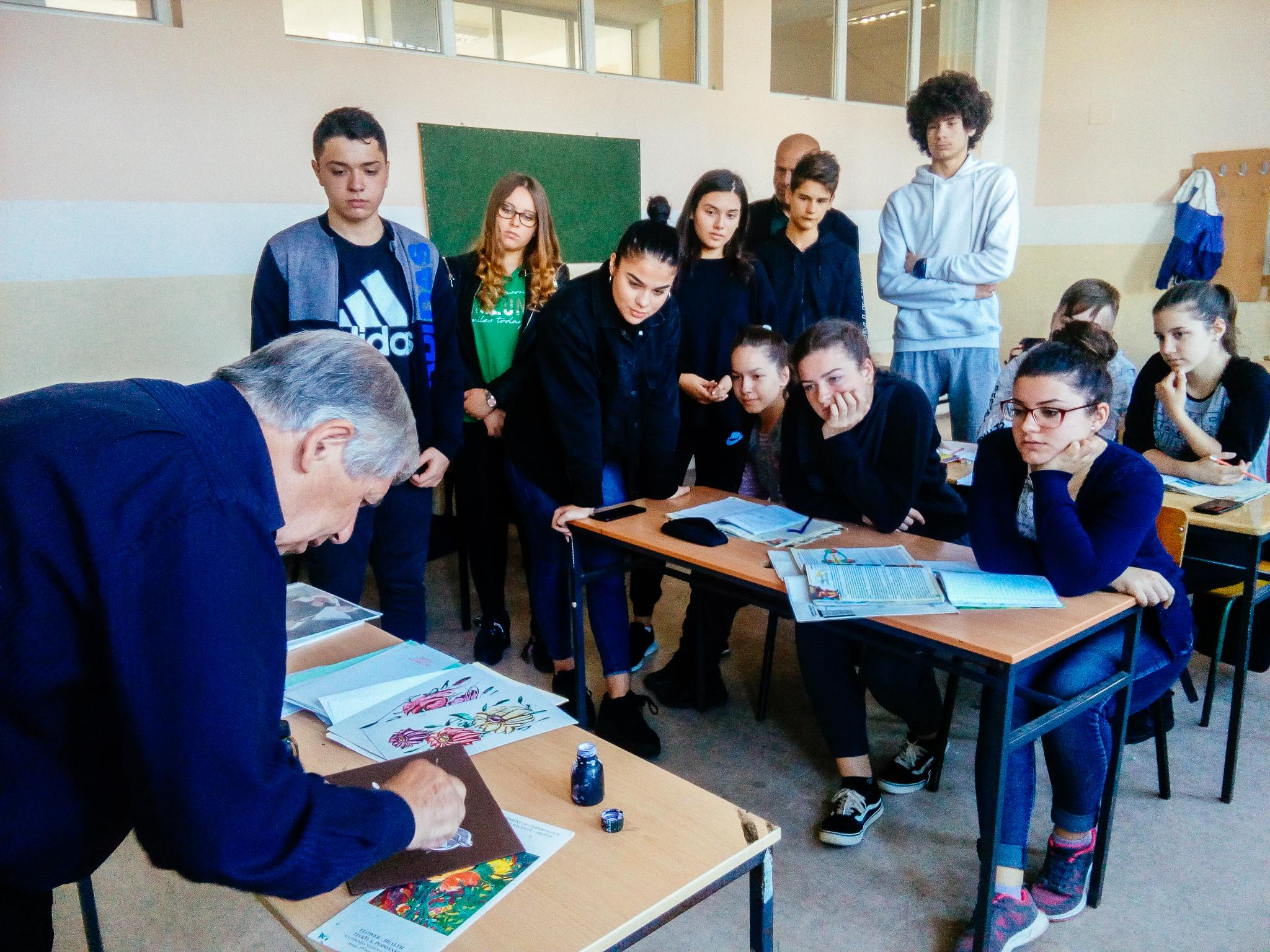 Поповски ја посети паралелката I-6 каде што на часот на професорот Костадин Каркаљашев се запозна со учениците и им раскажа за неговата мисија, а потоа, додека учениците дискутираа за македонската народна поезија за време на наставата на професорката Снежана Пијанманова, на сите им наслика по една минијатура.